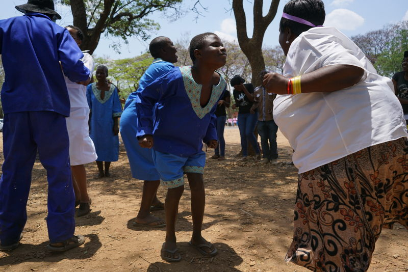 Anna Morris a Zimbabwean dancer and trainer worked with MSF in the mental health ward. She gives dance therapy to the patients. Patients and nurses perform during the Mental Health Commemoration day ceremony. Rachel Corner/De Beeldunie