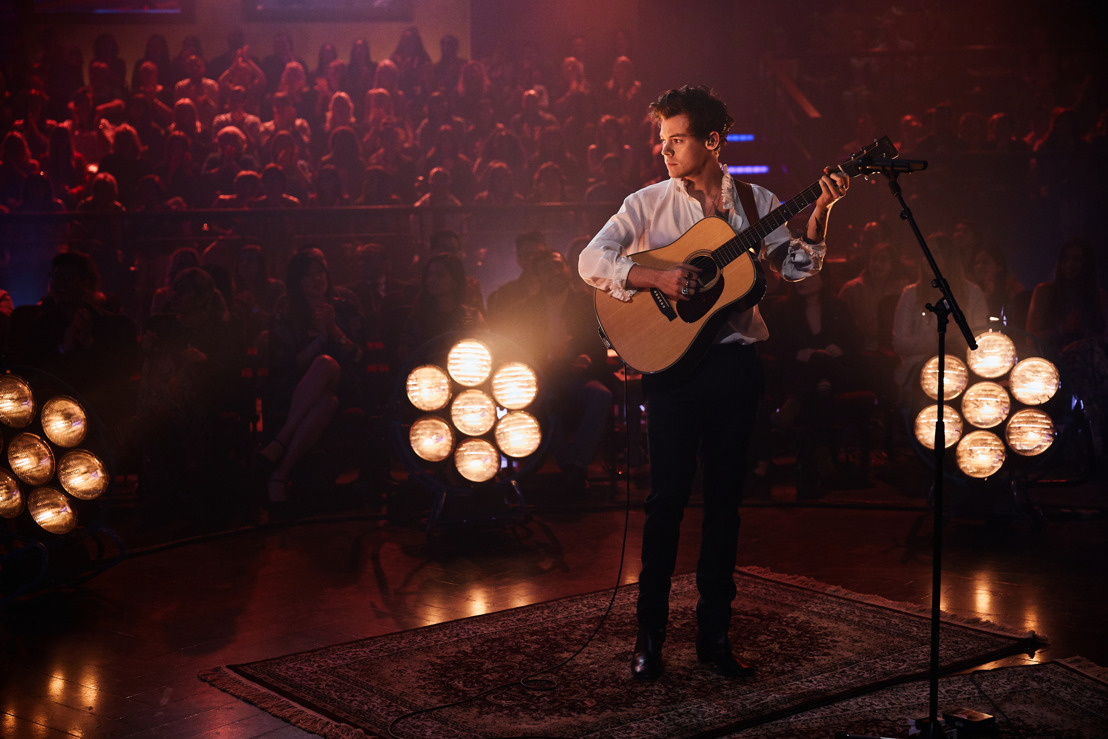 "EL MÚSICO BRITÁNICO HARRY STYLES VISTIÓ BURBERRY EN ""THE LATE LATE SHOW WITH JAMES CORDEN"""