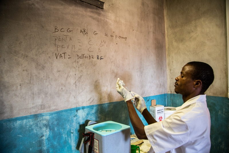 A doctor prepares vaccines before an unprecedented vaccination campaign, supported by MSF, to protect as many children as possible in Central African Republic against common childhood diseases. Photographer: MSF