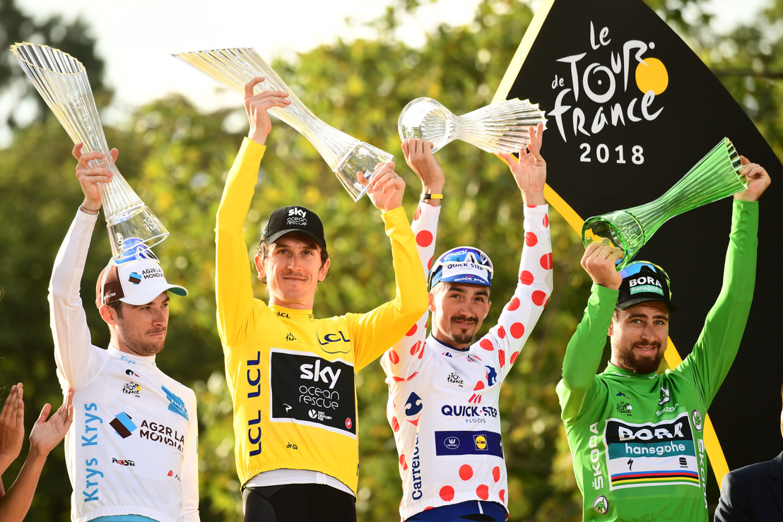 Tour de France winner Geraint Thomas celebrates with ŠKODA AUTO crystal glass trophy