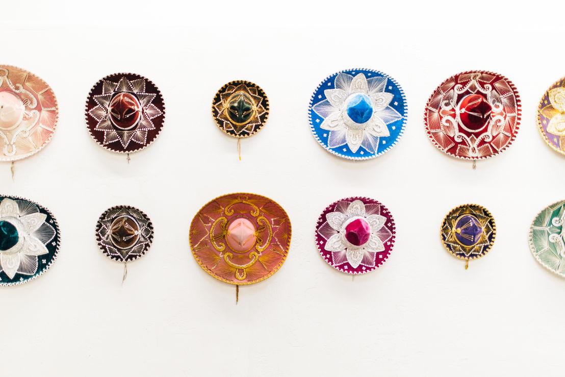 Instalación de sombreros de Claudia Fernández