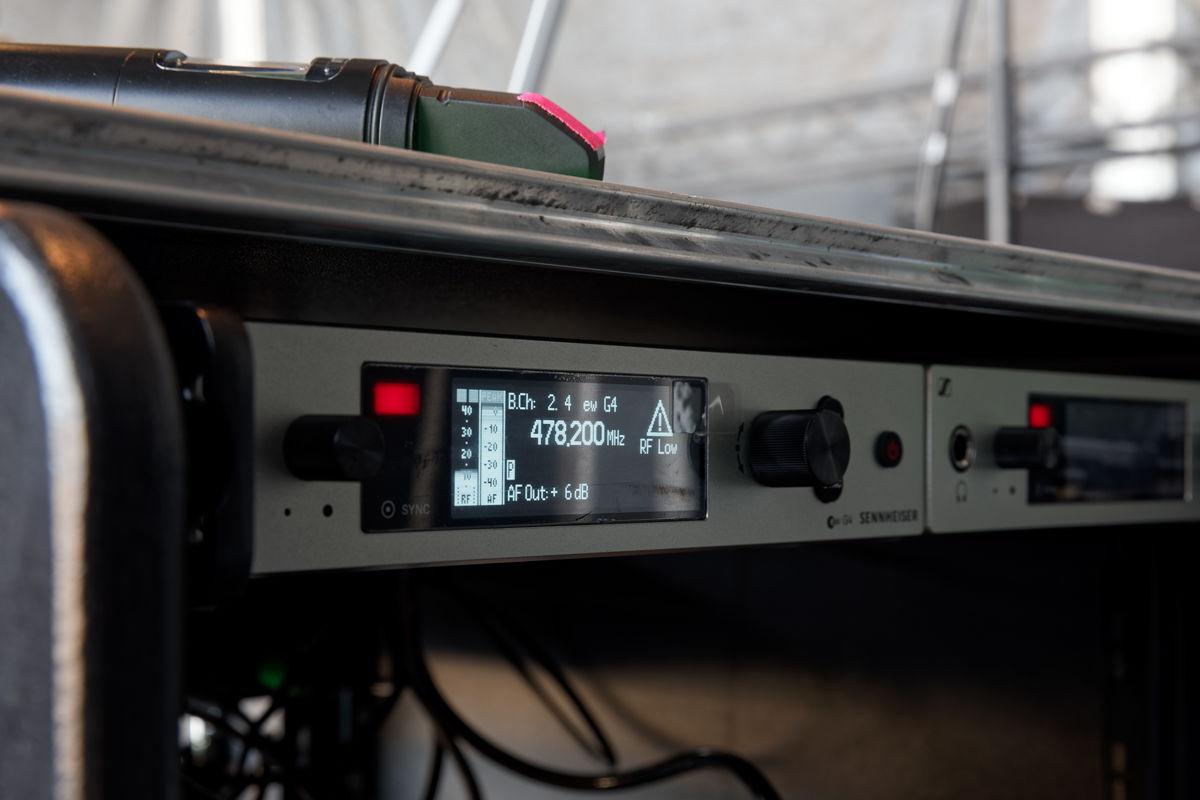 Als Empfänger für die Instrumente dienen zwei Sennheiser EM 300-500 G4 True-Diversity-Empfänger mit 88 MHz Schaltbandbreite