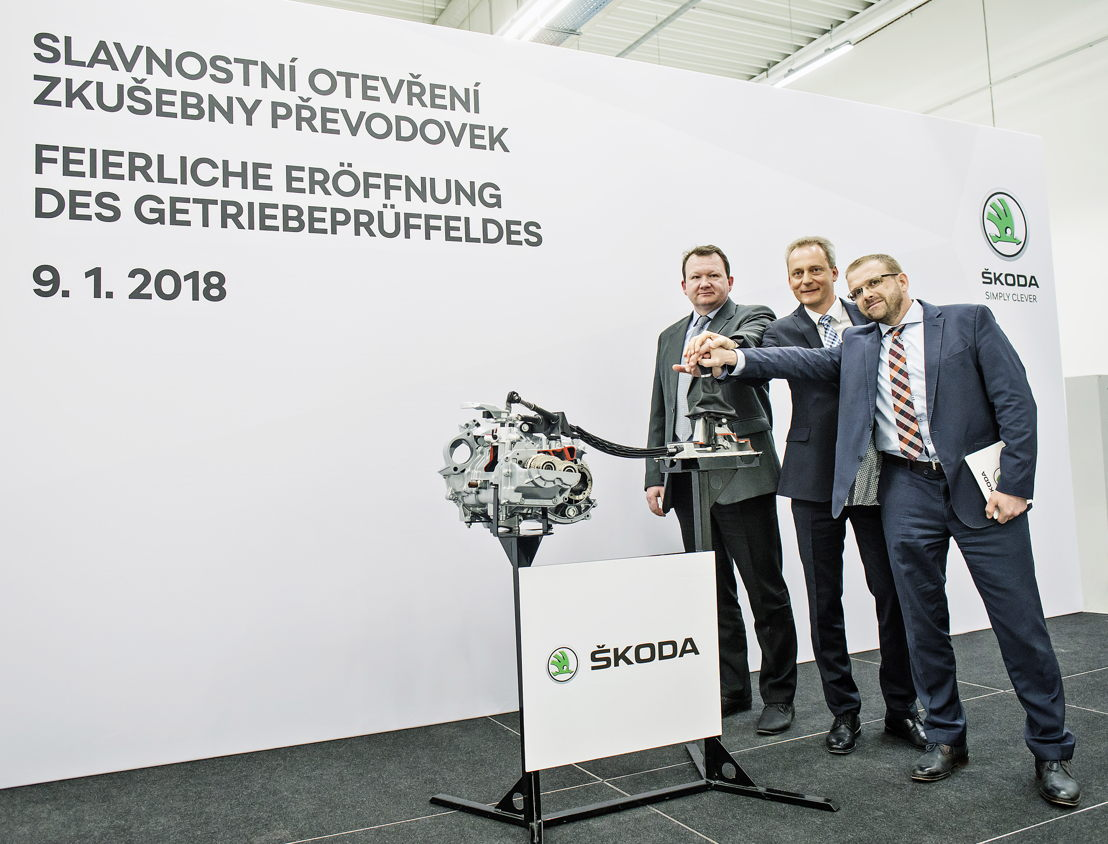 Christian Strube, ŠKODA AUTO Board Member for Technical Development (in the middle); Martin Hrdlička PhD, Head of Chassis and Powertrain Development (on the right), and Josef Zmrhal, Deputy Chairman of the KOVO Union's MB branch (on the left), opened the new gearbox lab in Mladá Boleslav.