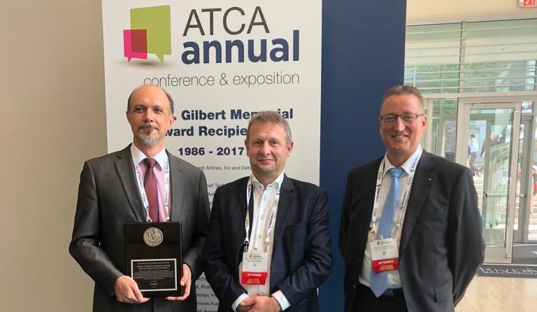 Johan Decuyper (au milieu sur la photo) reçoit, au nom du FABEC, un prix prestigieux de l'ATCA aux États-Unis