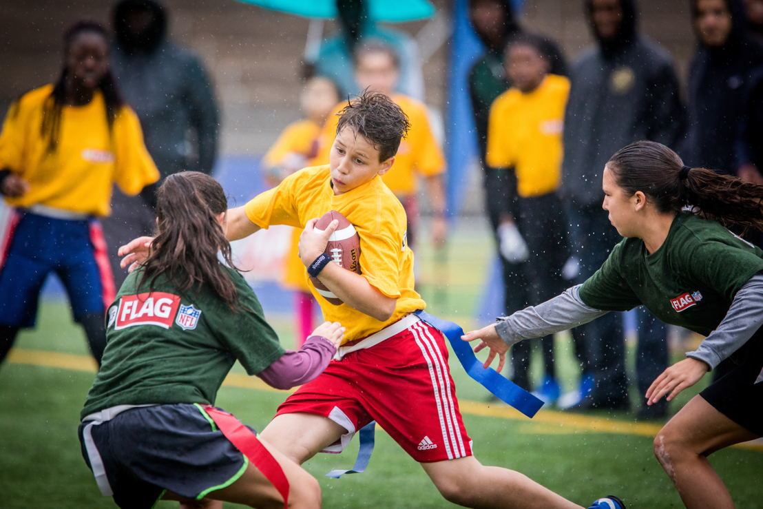 Des participants au tournoi régional de flag-football LCF/NFL de Montréal, présenté l'an dernier au Complexe sportif Claude-Robilllard. Crédit : Dominick Gravel / LCF.