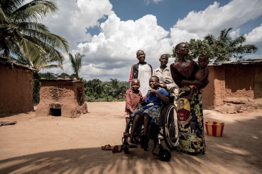 Bérénice (midden) wordt door Handicap International geholpen via een project voor professionele integratie en revalidatie, in Kasaï. © R.Colfs