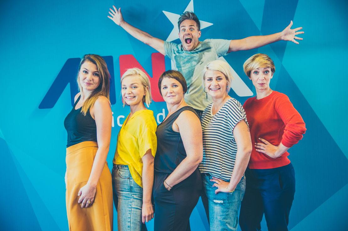 vlnr: Nasrien Cnops, Julie Van den Steen, Lieselot Ooms, Peter Van de Veire, Eva Daeleman, Sofie Lemaire - © VRT