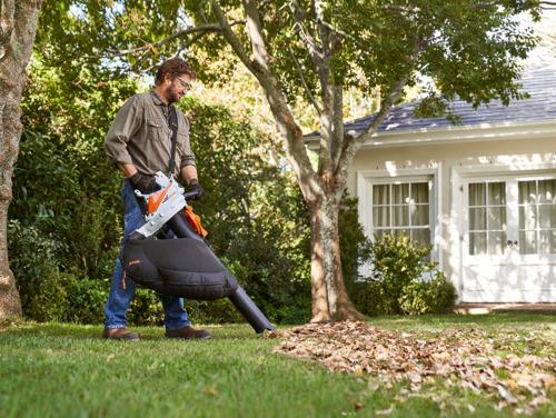 De nieuwe STIHL SHA 56 accubladzuiger houdt de tuin en de omgeving van de woning schoon