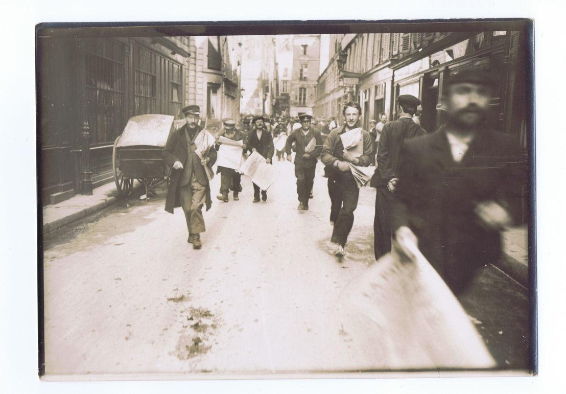 Photo: La ruée vers les journaux (copyright: Musée de l'Imprimerie asbl)