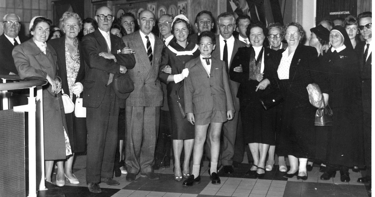 Getuige Jan Vanriet tussen een groep voormalige politieke gevangenen in 1959 (Jan Vanriet / VRT