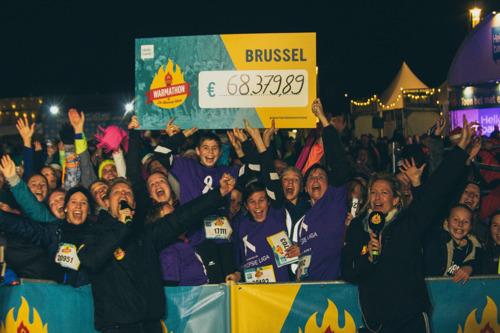 5573 sportievelingen lopen de Warmathon langs het Atomium in Brussel