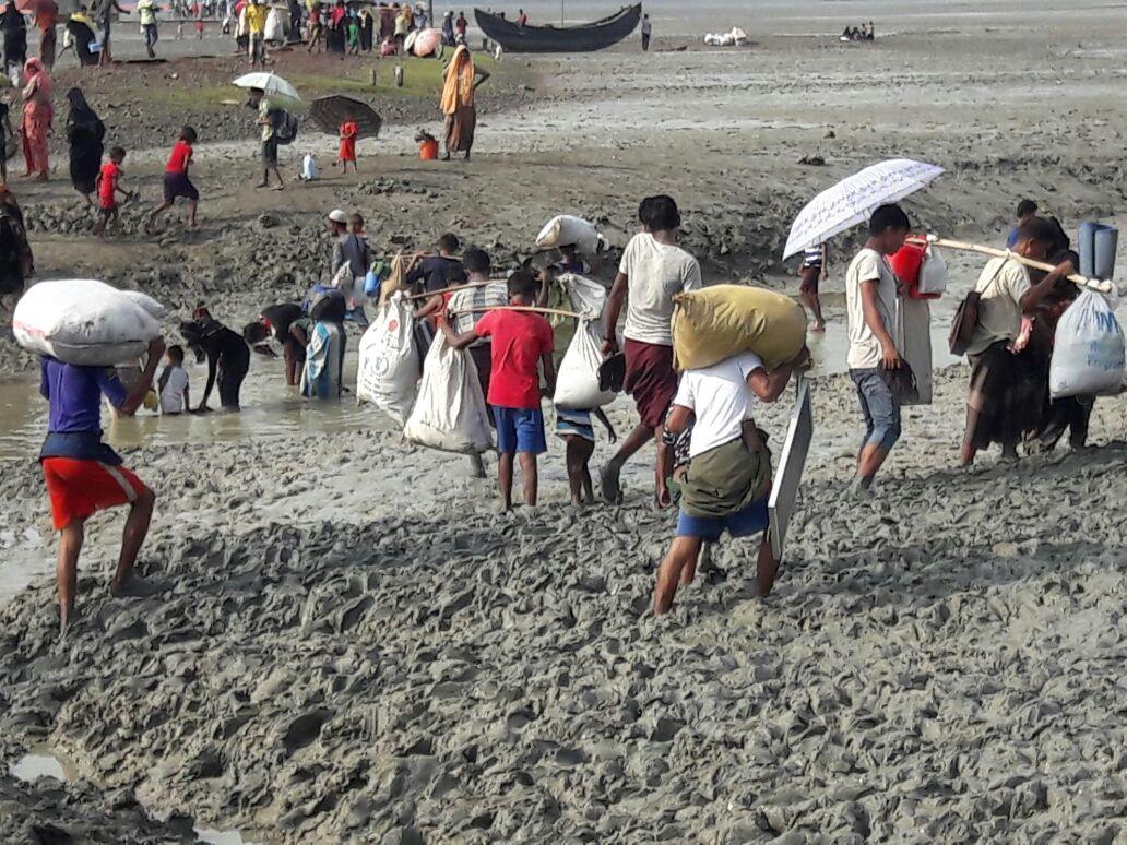 방글라데시 테크나프 근처에 있는 로힝야 난민들. 이들은 최근 미얀마로부터 국경을 넘어 방글라데시로 들어왔다. ©MSF