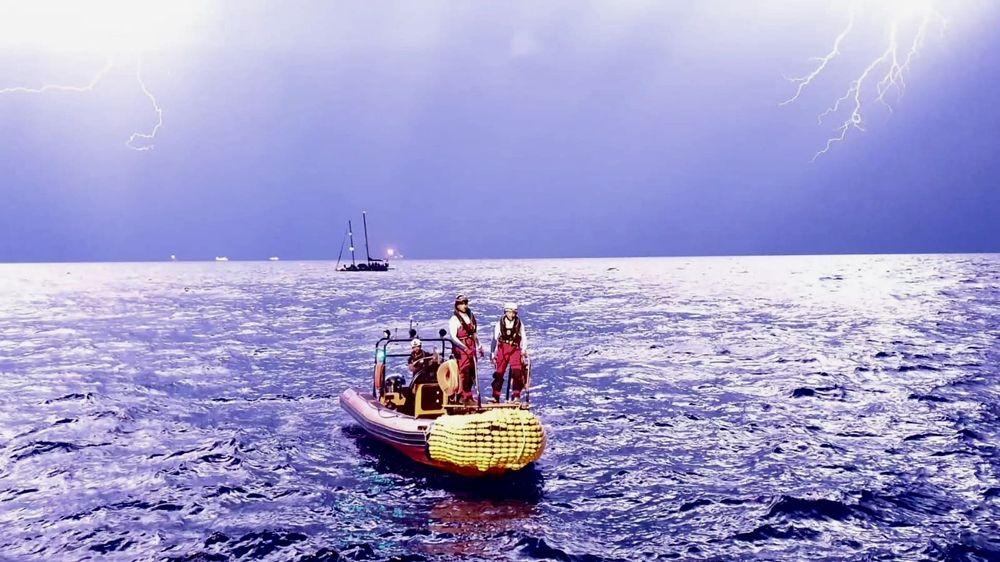 Momento del traslado de las personas rescatadas desde el velero Josefa al Ocean Viking © Hannah Wallace Bowman/MSF.