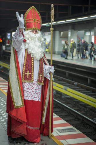 Saint-Nicolas prend le métro