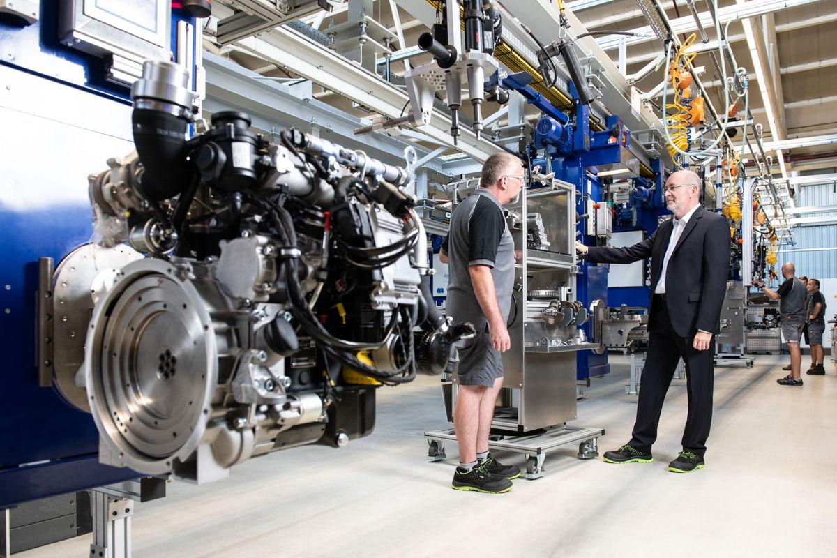 Wilfried Riemann (operativer Geschäftsführer, COO) und Martin Kandlinger (Betriebsmittelkonstruktion/Automatisierungstechnik) bei den Umbauarbeiten am modernsten Motoren-Produktionsband, an dem die Motoren der Hatz H-Serie gefertigt werden