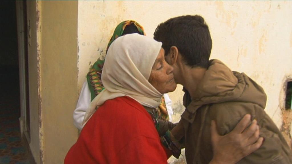 Karrewiet in Marokko - aflevering 1 (3.4) : Achraf begroet zijn tante in Marokko - (c) VRT