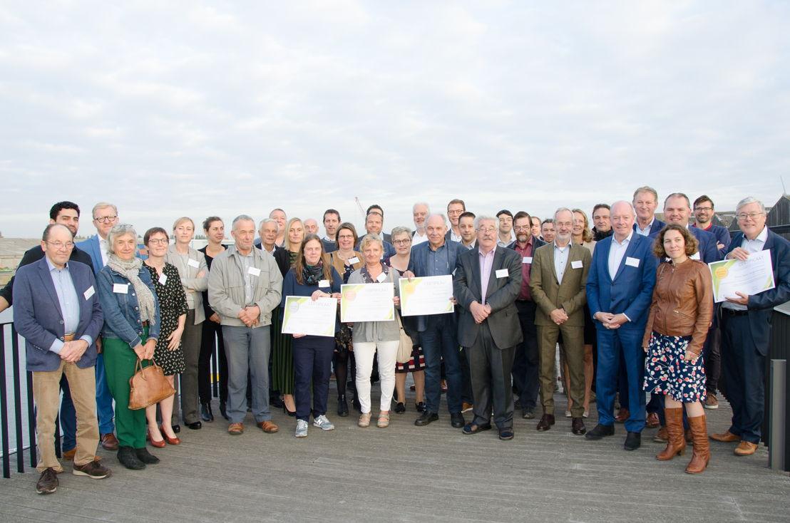 groepsfoto met alle aanwezigen, bedrijven, besturen, landbouwers, bewonersgroepen...