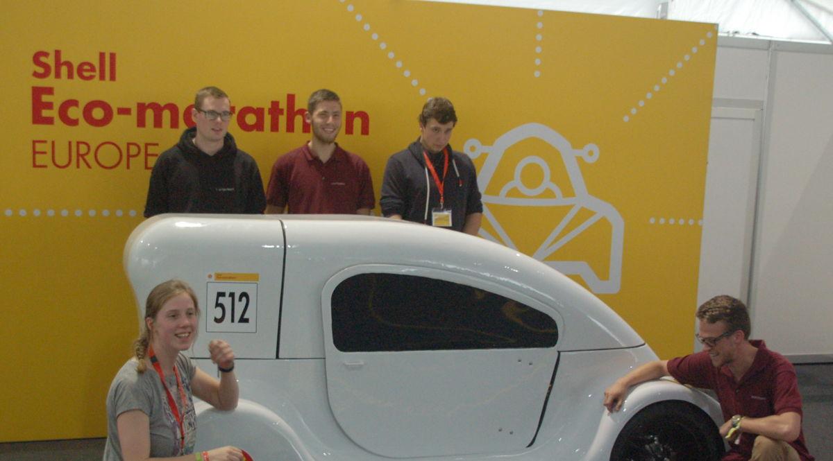 Toon Van Weert (boven links) met zijn team in 2016 bij de zelfgemaakte wagen.