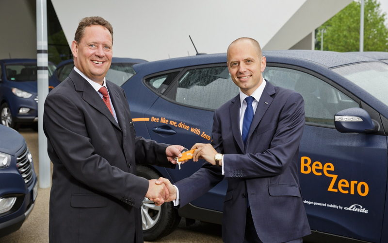 Key handover<br/>l: Thomas A. Schmid (Chief Operating Officer, Hyundai Motor Europe)<br/>r: Dr. Christian Bruch (Member of Executive Board of Linde AG)