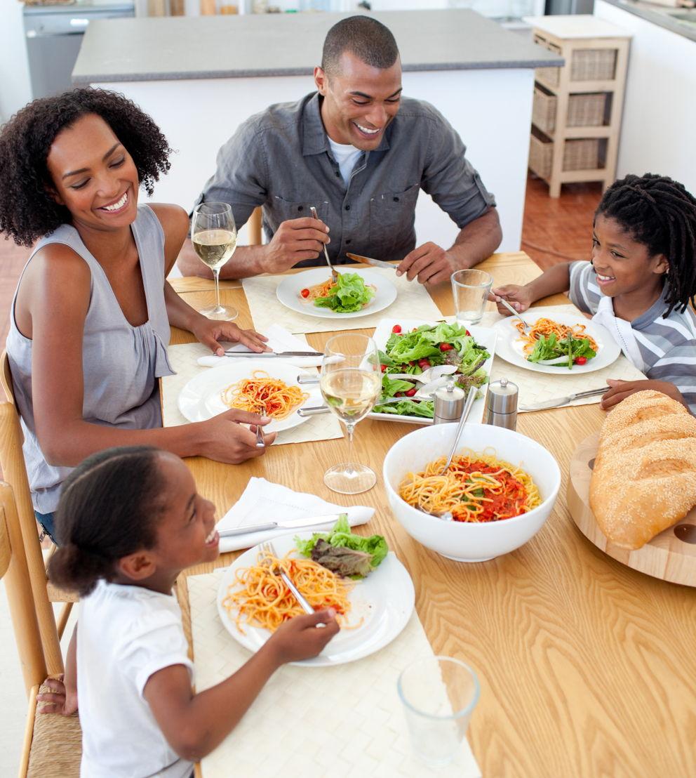 famiglia a tavola con spaghetti