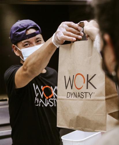 Wok Dynasty schenkt foodboxen aan zorgpersoneel Covidafdeling van het UZA