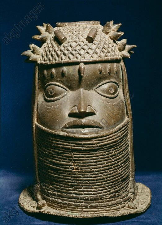 West African, Benin, Nigeria, late 16th Century.<br/>Memorial head of an Oba (King of Benin).<br/>Bronze, height 39 cm.<br/>Form the Oba Palace in Benin.<br/>St-Germain-en-Laye, Musée des Antiquités.<br/>Saint-Germain-en-Laye, Musée des Antiquités nationales.<br/><br/>AKG585607