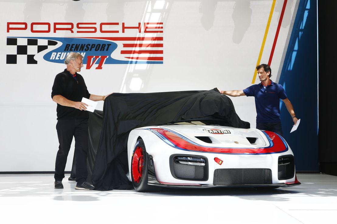 Detlev von Platen (izq.), Miembro del Consejo Directivo de Porsche AG responsable de Ventas y Mercadeo, y Mark Webber. Estreno mundial: nueva versión exclusiva del Porsche 935 - Un auto de 700 caballos para carreras de clubes, con motivo de los 70 años de autos deportivos Porsche