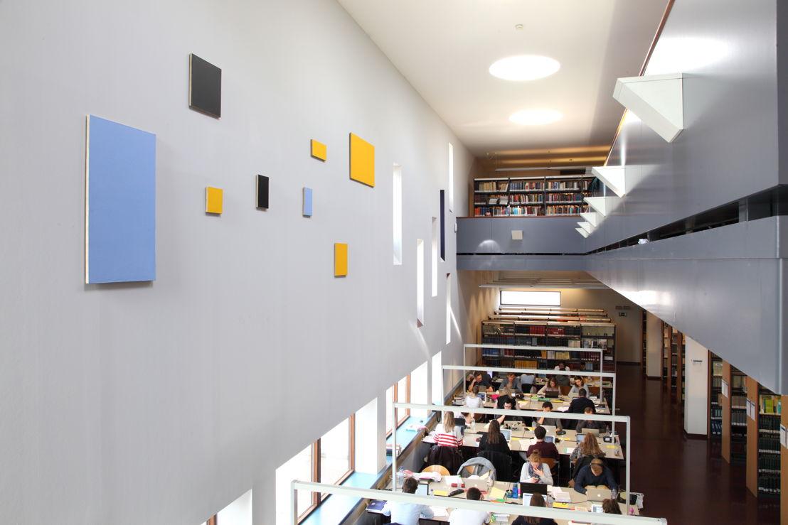 Installatiezicht &#039;Entre nous quelque chose se passe...&#039; in de Bibliotheek Faculteit Rechtsgeleerdheid KU Leuven. <br/>Kunstenaar en werk: Phillipe Van Snick, Symmetrische en asymmetrische reeks (Geel) (1987-1988)<br/>Foto © Dirk Pauwels