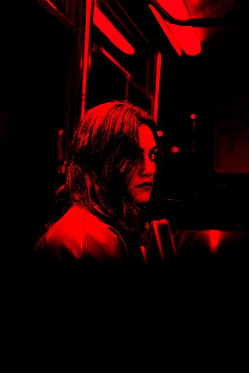 La protagoniste de FINAL STOP est incarnée par l'actrice australienne Phoebe Tonkin.