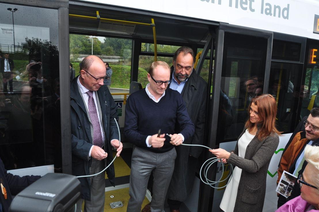 Knippen symbolisch de stroomkabel door i.p.v. het traditionele lintje: (vlnr) directeur-generaal Roger Kesteloot, Vlaams minister van Mobiliteit Ben Weyts en voorzitter van de RVB Marc Descheemaecker.