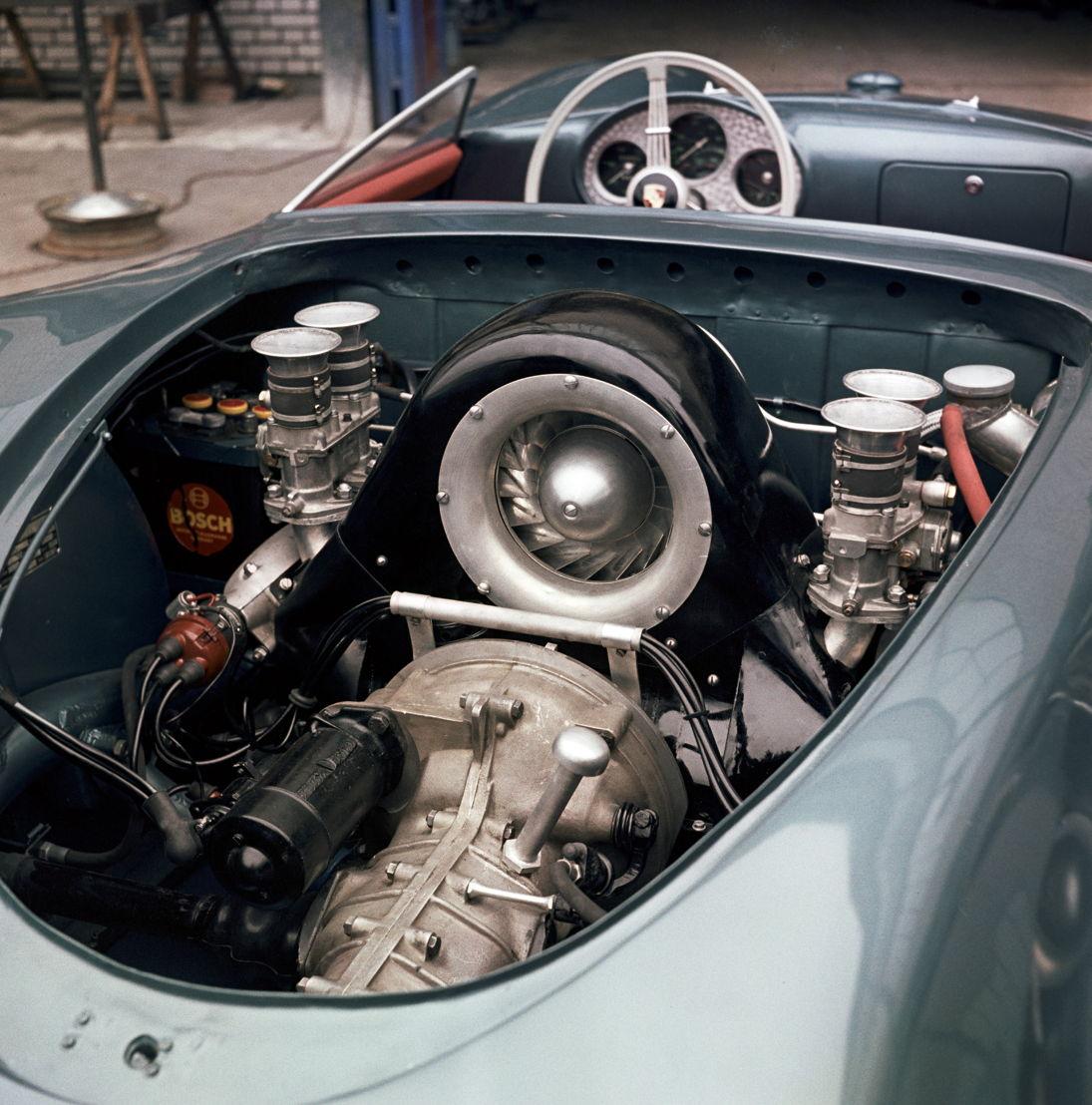 1953. En el Salón del automóvil de París son presentados los motores de cuatro árboles de levas diseñados por el ingeniero de Porsche Ernst Fuhrmann
