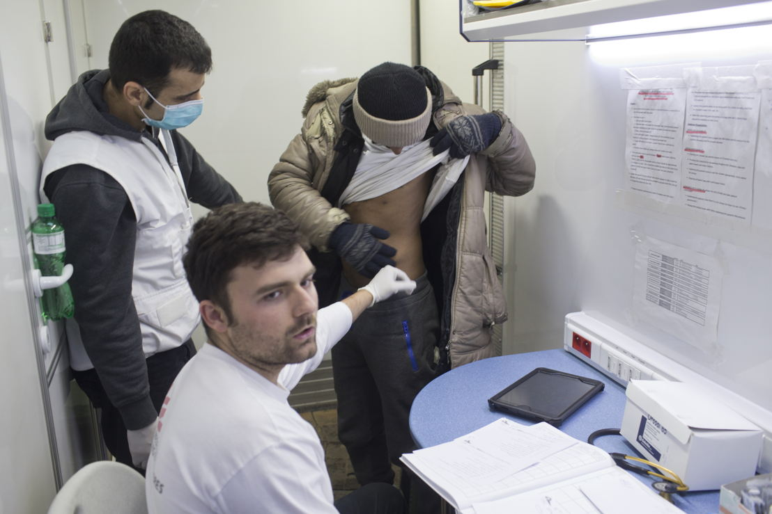 In einer mobilen Klinik von MSF in Belgrad wird eine Person nach Krätze untersucht (Foto: Marko Drobnjakovic).