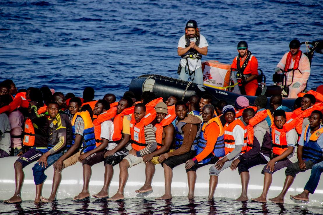 Firas Hebili van Artsen Zonder Grenzen kalmeert vluchtelingen in een rubberboot op de Middellandse Zee tijdens een reddingsoperatie. Om de redding goed te laten verlopen, is het cruciaal dat iedereen zo rustig mogelijk blijft ©Borja Ruiz