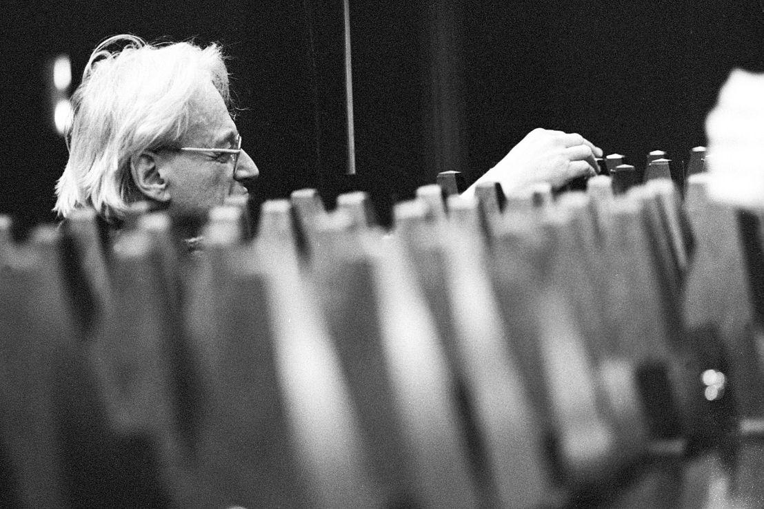 György Ligeti tijdens voorbereidingen voor Poème Symphonique in 1988 ter gelegenheid van zijn 65ste verjaardag - Stedelijk Museum Amsterdam (c) Co Broerse