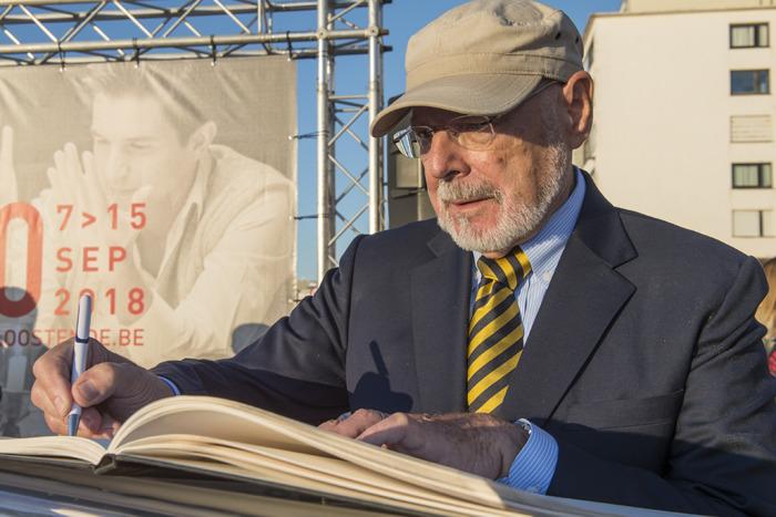 Harry Kümel krijgt Life Time Achievement Award en ster op de zeedijk.