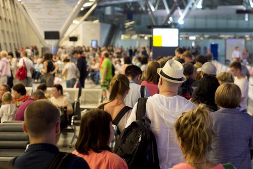 Авиапассажиры рассказали, почему встают на посадку заранее