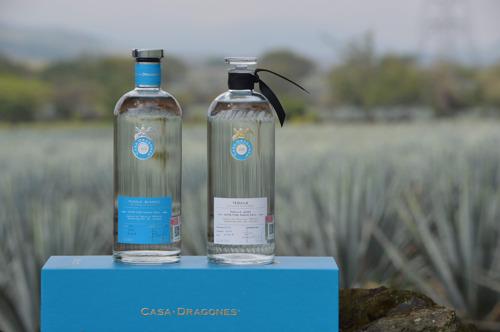 Acompaña este primer día nacional del tequila, con el artesanal Tequila Casa Dragones Joven