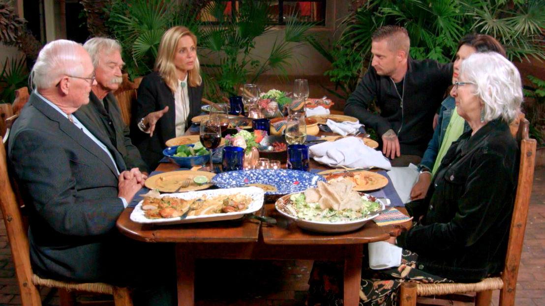Marina van Zeller en Michael Voltaggio aan tafel aan de Amerikaans-Mexicaanse grens - (c) The Travel Channel