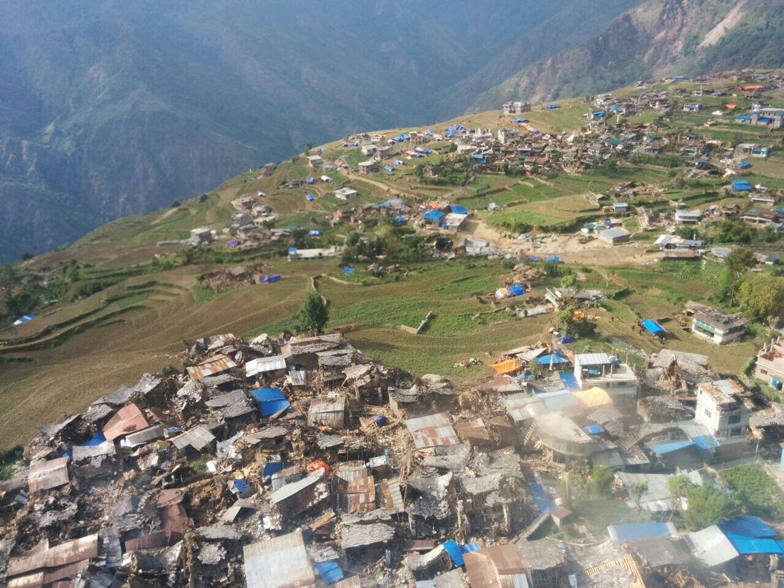 Foto vanuit de helikopter waarmee een Artsen Zonder Grenzen noodhulpteam noden verkende. Nepal, 28 april 2015. © AZG