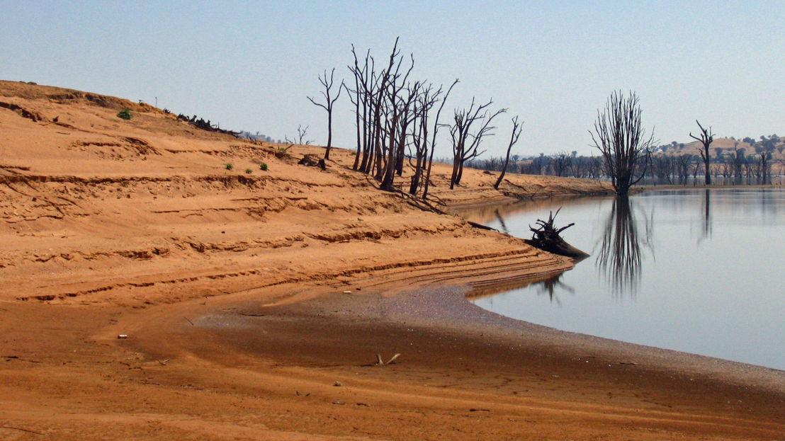 Hume Dam is a major dam across the Murray River. Image: Tim J Keegan, Flickr.