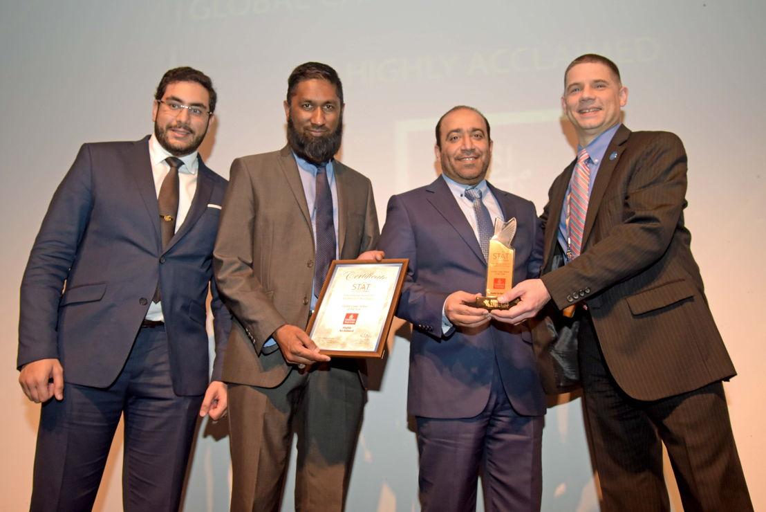"""خالد الهنائي، نائب رئيس طيران الإمارات للشحن التجاري لمنطقة أفريقيا يتسلم جائزة """"ناقلة العام العالمية الأشهر""""، خلال حفل جوائز الشحن الجوي الأفريقية."""