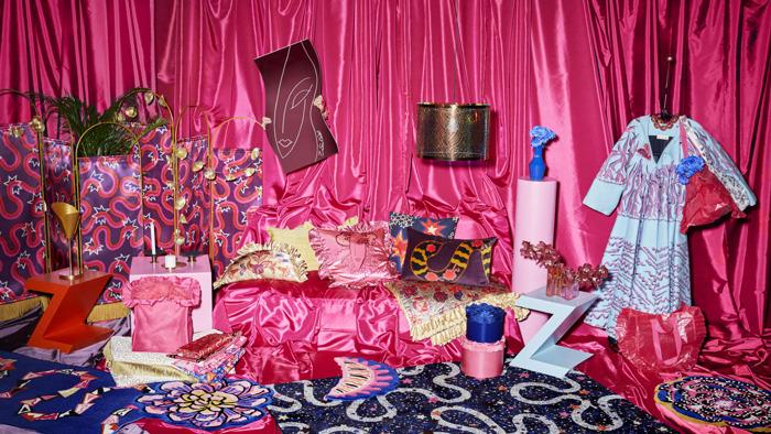 IKEA lance KARISMATISK, une collection extravagante créée en collaboration avec la créatrice britannique de textiles et de motifs Zandra Rhodes