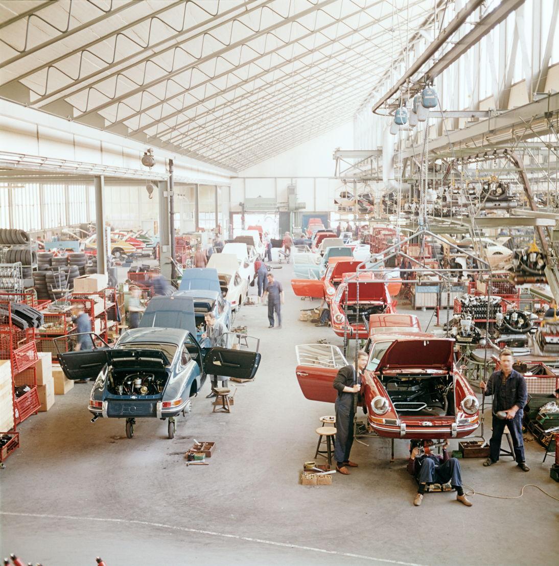 1965. En abril es presentado el Porsche 912 , un modelo más económico que el 911