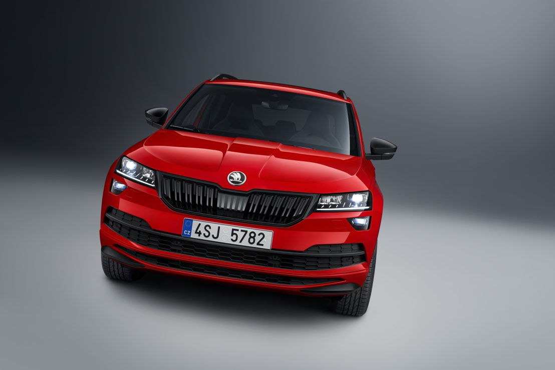 The new ŠKODA KAROQ SPORTLINE also has a sporty appearance. Launched in 2017, the versatile compact SUV is now available in this new variant for the first time and exclusively with a 2.0 TSI engine (140 kW / 190 PS).