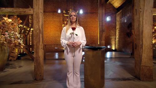 Elke Clijsters deelt haar allerlaatste roos uit in de finale van De Bachelorette