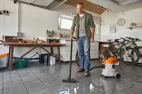 Aspirateur eau et poussière STIHL SE 33 à utiliser autour de la maison