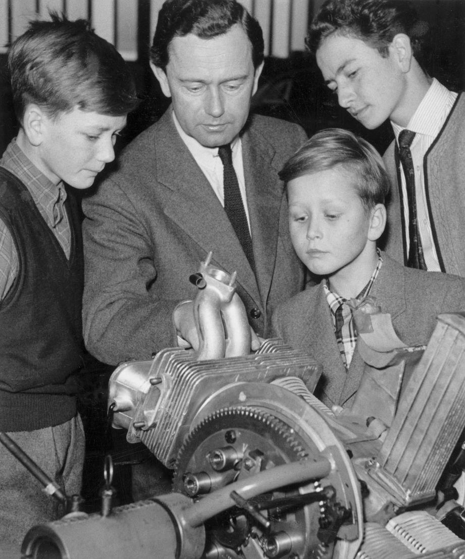 Wolfgang Porsche (1953, al frente) junto a sus hermanos Hans-Peter (izq.) y Ferdinand Alexander (derecha) y su padre Ferry Porsche (en el centro)