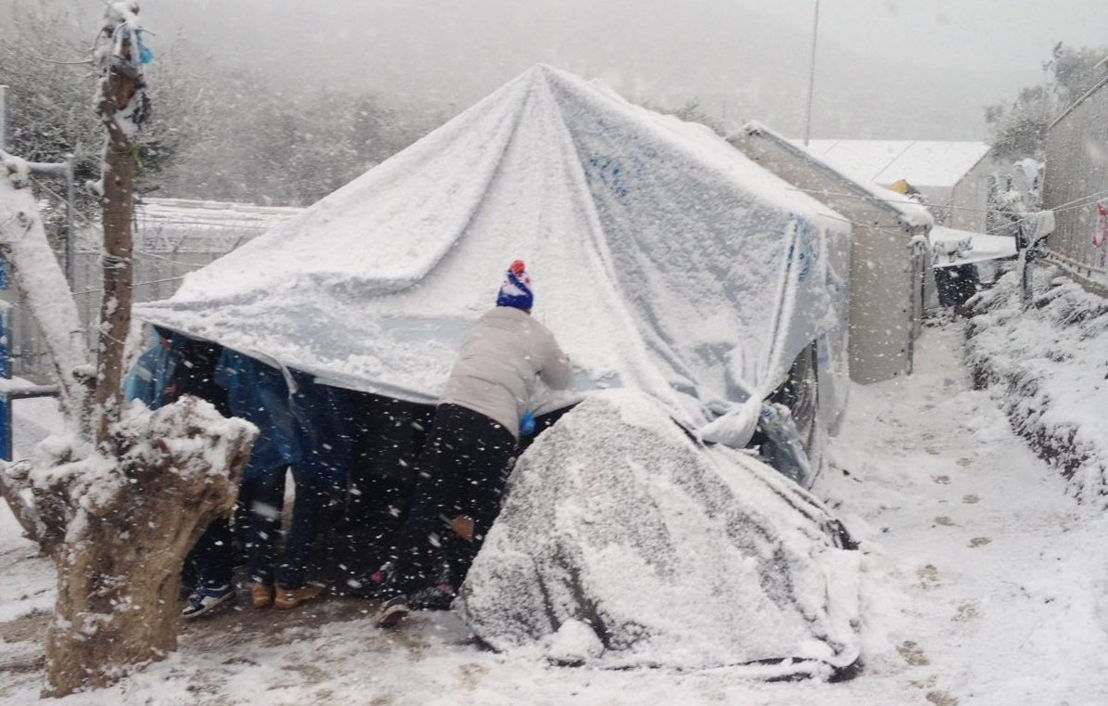 In de kampen op Lesbos, Griekenland, moeten vluchtelingen noodgedwongen in de sneeuw verblijven © Daniel Barney