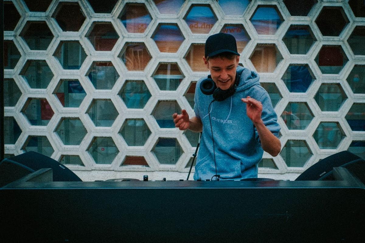 Ook dj Voltage speelde een set op De Strafste Schooldag.