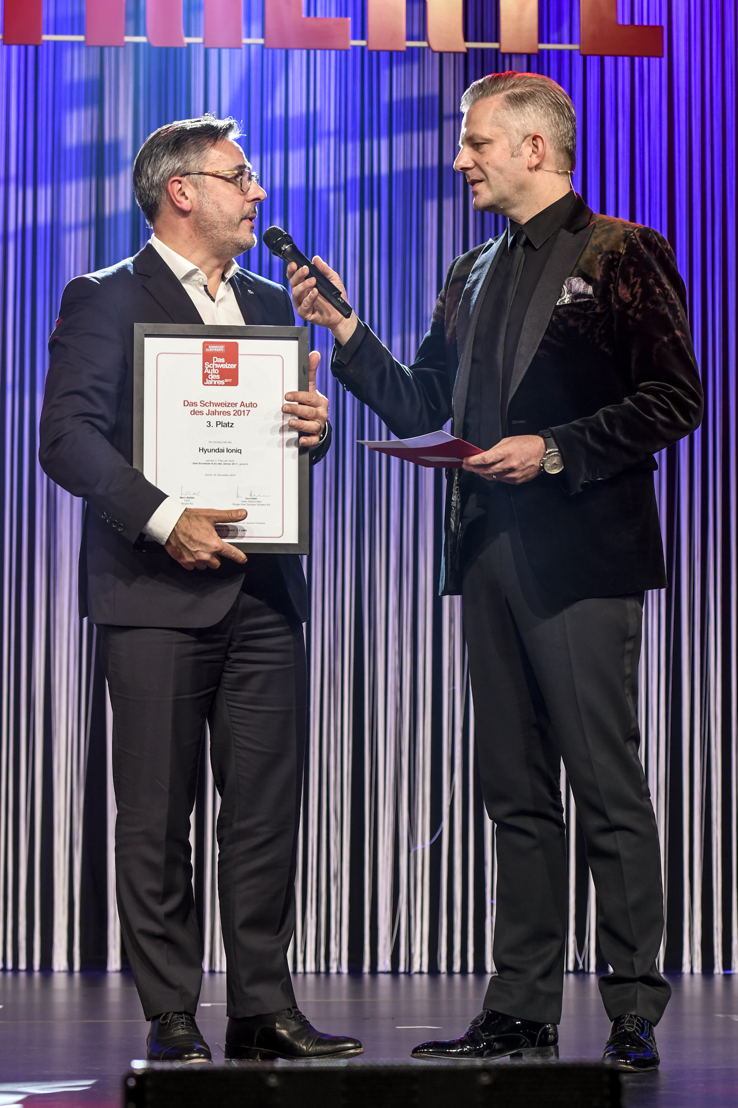 v.l.n.r. Diego Battiston, Managing Director Hyundai Suisse mit Rainer Maria Salzgeber
